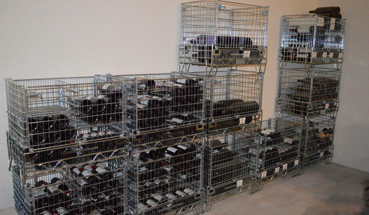 Pour une cave en bon état et bien rangée, Filbox invente des caisses palettes métalliques grillagées pour le stockage de bouteilles de vin dans les caves.